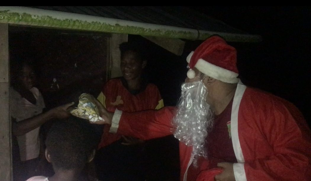 Santa Claus Branjangan Satgas Yonif Mekanis 516/CY Bagikan Bingkisan Natal