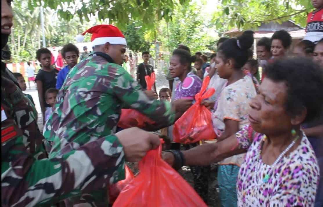 Satgas Yonif MR 413 Kostrad Salurkan 1.250 Paket Sembako Natal Untuk Masyarakat Perbatasan RI-PNG
