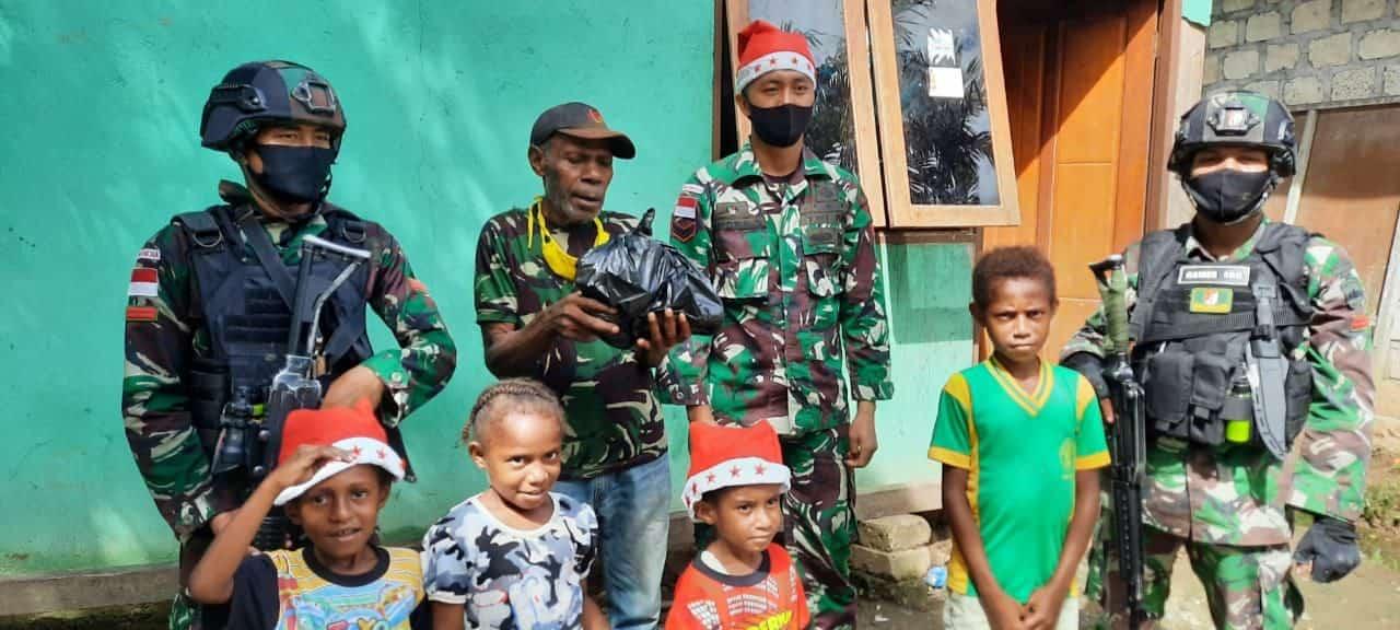 Berbagi Kasih Jelang Natal, Satgas Yonif Raider 100/PS Pos Wembi Bagikan Sembako Kepada Warga