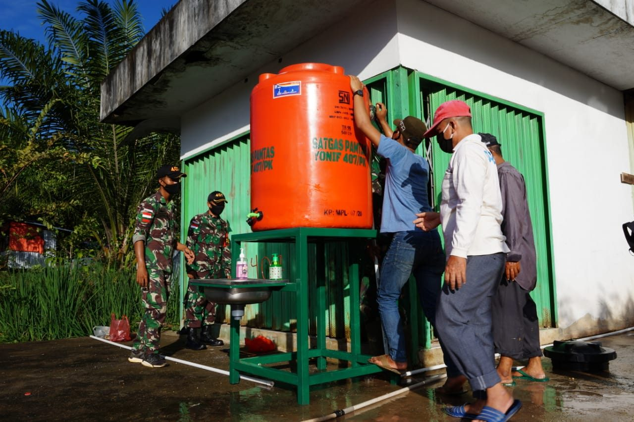 Cegah Penyebaran Covid-19, Satgas Yonif 407/PK berikan Bantuan Unit Sanitasi Alat Cuci Tangan