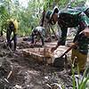 Ciptakan Lingkungan Bersih, Satgas Yonif 125 Bangun WC di Rumah Warga Kampung Kondo