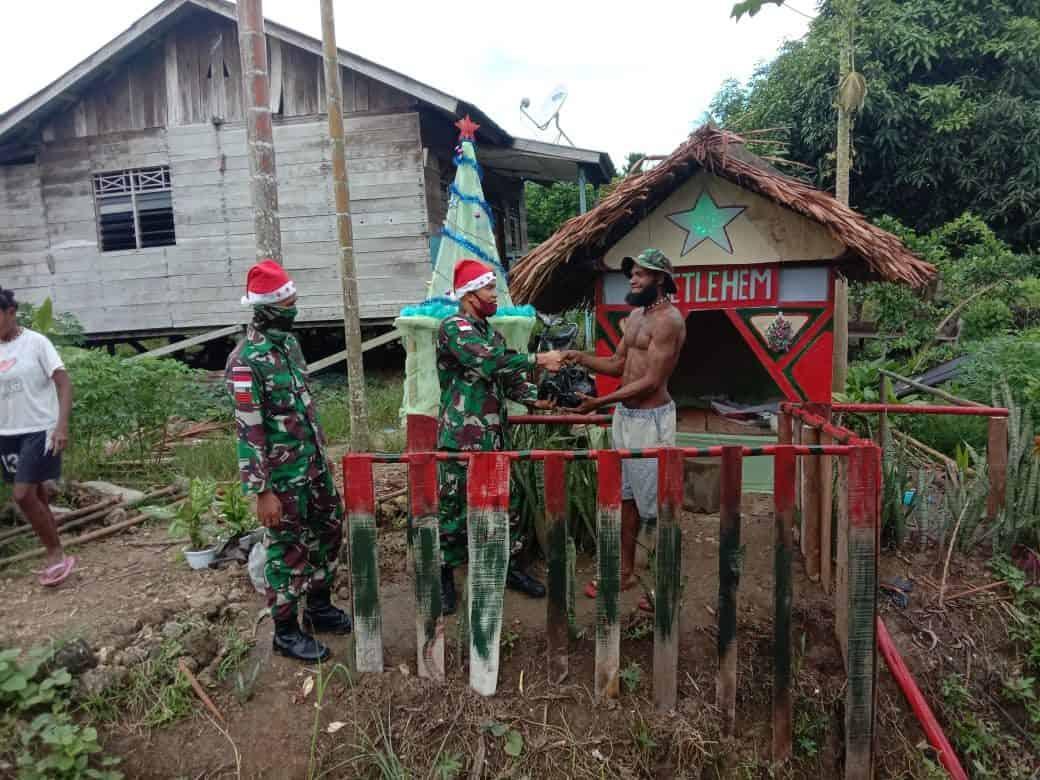 Sambut Sukacita Natal, Satgas Yonif R 100 Bagikan Bingkisan Kepada Warga Naramben