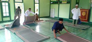 Jaga Kenyamanan Beribadah, Satgas Yonif 642 Kapuas Bersama Warga Bersihkan Masjid Al-Kautsar