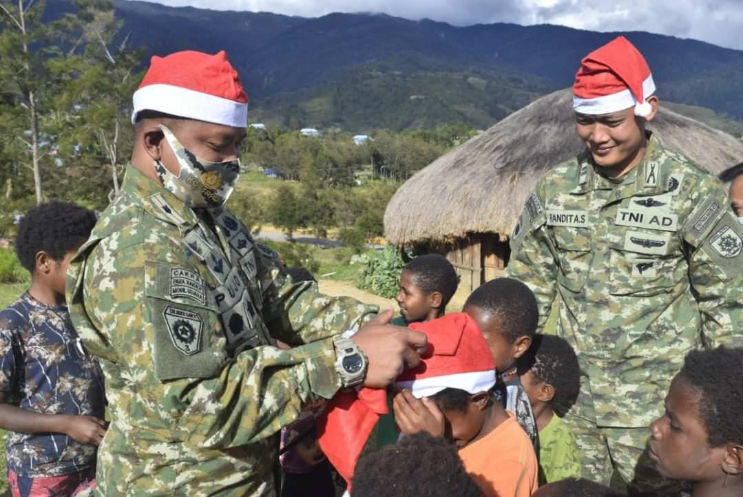 Satgas Yonif Para Raider 432 Kostrad Berbagi Kado Natal Kepada Anak-Anak Papua