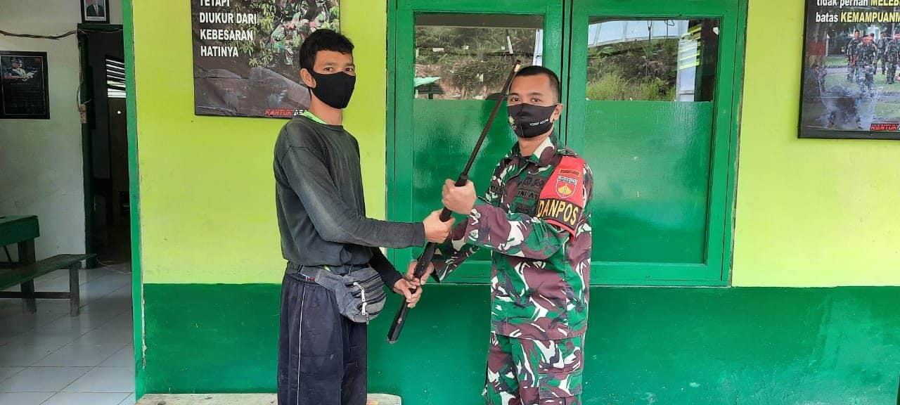 Wujud Kepercayaan, Satgas Yonif 407 Terima Penyerahan Senjata dari Warga Perbatasan