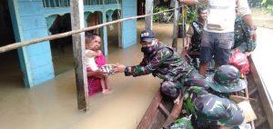 Sigap, Satgas Yonif 642 Kapuas Bantu Warga Yang Terdampak Banjir