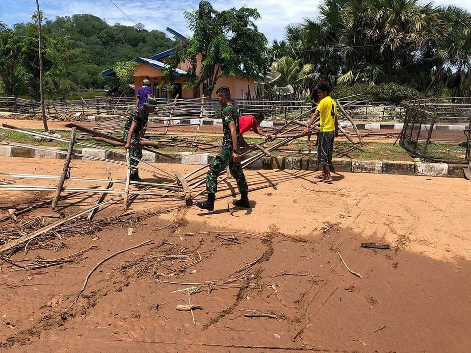 Pasca Banjir, Satgas Pamtas Yonif RK 744/SYB Bersama Masyarakat Bersihkan Sampah dan Lumpur di Jalan dan Lingkungan