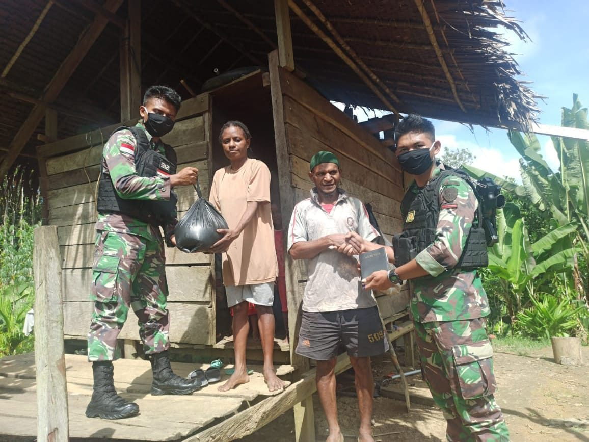 Pererat Silaturahmi, Satgas Yonif 312 Anjangsana Ke Warga Kampung Ungalom