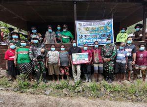 Satgas Yonif 756/WMS Bantu Aparat Kampung Beanekogom Tsinga Salurkan BLT