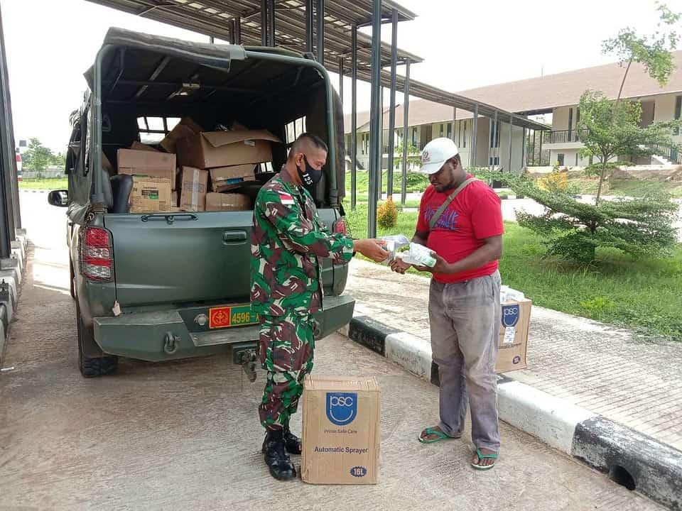 Cegah Penyebaran Covid-19, Satgas Yonif 125 Distribusikan Hand Sanitizer, Masker, Vitamin Serta Alat Disinfektan
