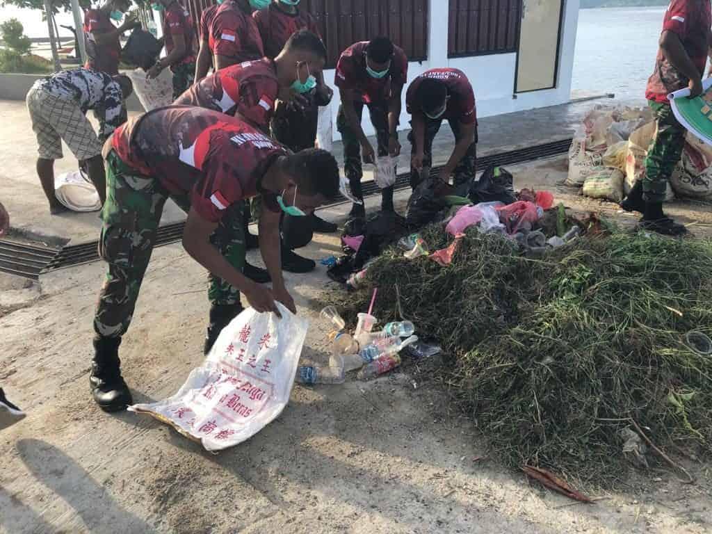 Wujudkan Papua Bersih, Prajurit Kodim 1803 Bersihkan Pantai Fakfak