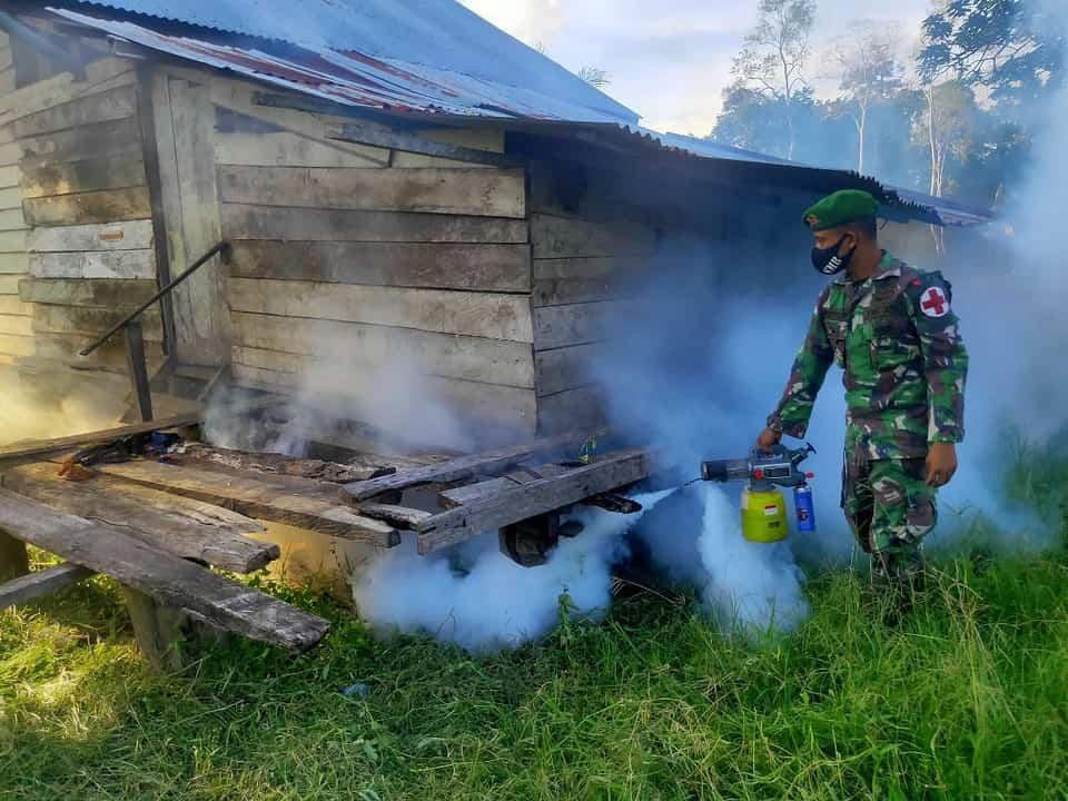 Cegah Malaria dan Demam Berdarah, Satgas Yonif 125 Laksanakan Fogging di Kampung Kondo