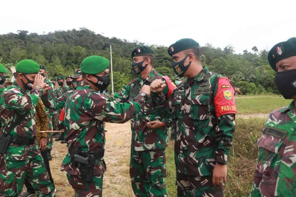 Gantikan Satgas Pamtas RI-Malaysia Yonif R 200/BN, Satgas Pamtas Yonif 614/RJP Disambut Adat Dayak Kenyah