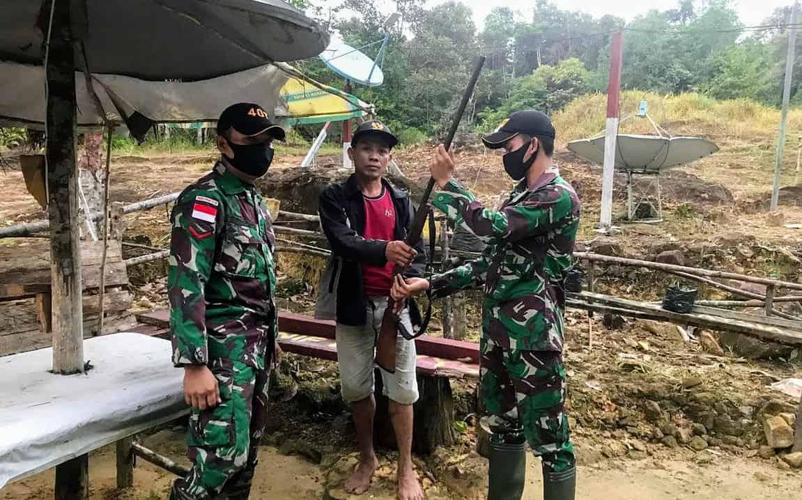 Dekat Dengan Warga Perbatasan, Satgas Pamtas RI-Malaysia Yonif 407/PK Kembali Terima Senjata