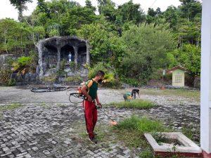 Bersama Masyarakat, Satgas Yonif MR 413 Kostrad Bersihkan Tempat Wisata Religi Goa Bunda Maria