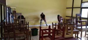 Satgas Pamtas Yonif 642/Kps Bersama Masyarakat Bersihkan Sampah dan Lumpur Pasca Banjir