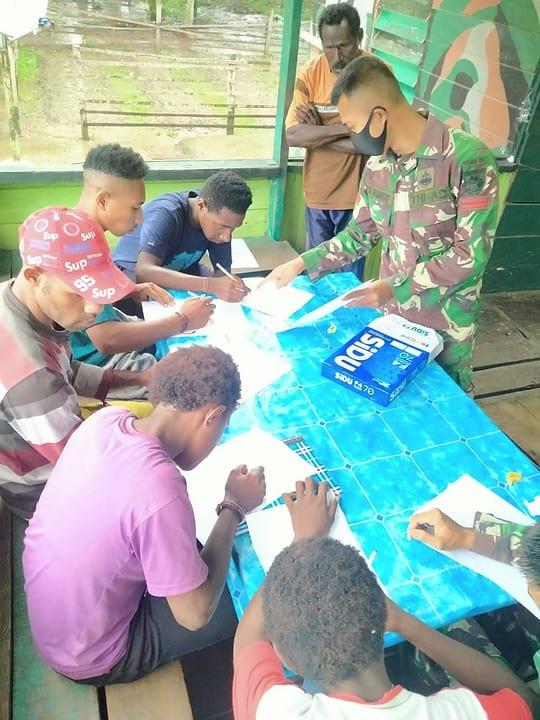 Tingkatkan Minat Belajar, Satgas Yonif 757/GV Ajak Anak-Anak Belajar Bersama