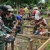 Wujudkan Impian Bapak Dayah, Satgas Yonif 407/PK Karya Bakti Bangun Rumah