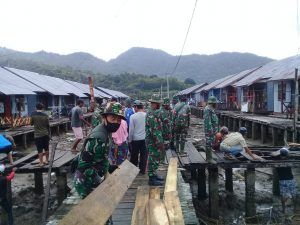 Kodim 1628/SB Bersama Warga Pebaiki Jalan Rumah Apung di Labuhan Lalar