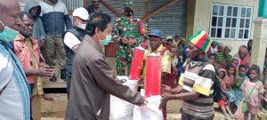 Sinergis Dengan Pemda, Babinsa Enarotali Bantu Penyaluran Bansos Korban Banjir