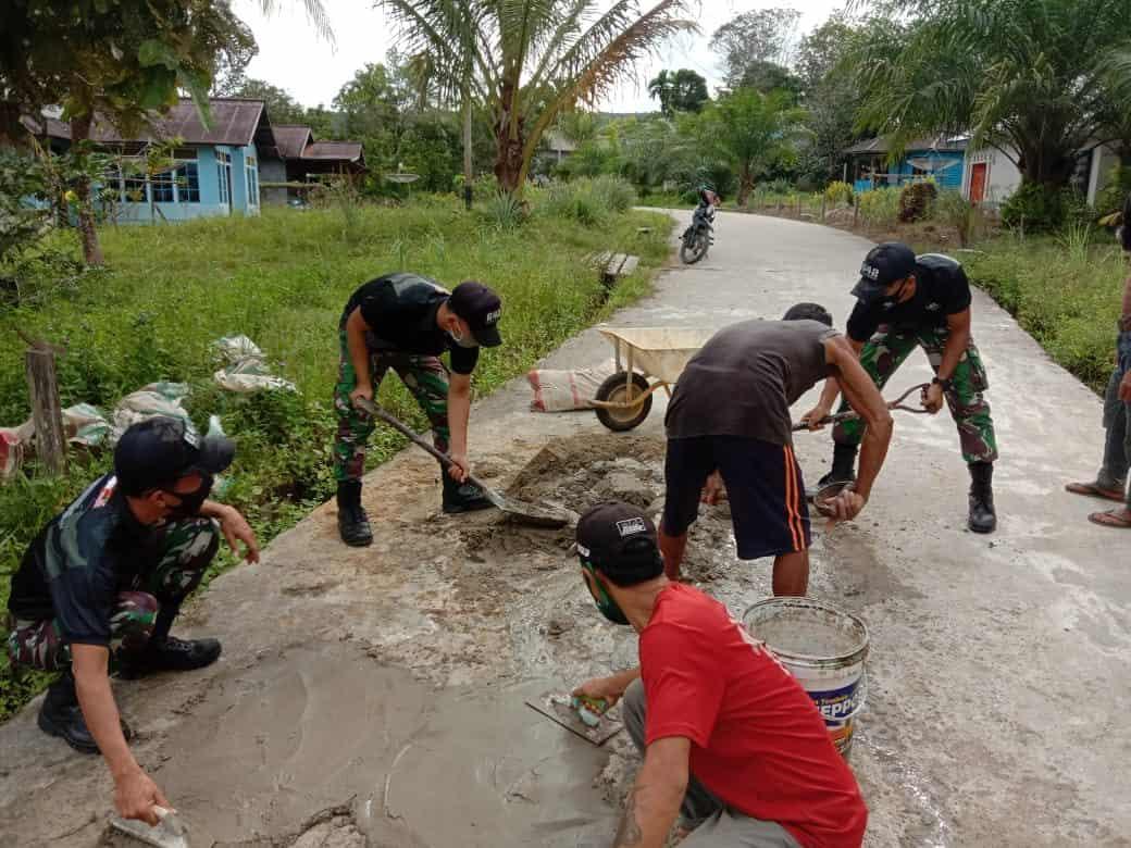 Berikan Rasa Nyaman dan Aman Bagi Pengendara, Satgas Yonif 642 Bersama Masyarakat Perbaiki Jalan Desa