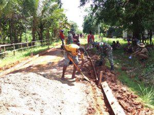 Mudahkan Aktivitas Warga, Satgas Pamtas Yonif 125/Si'mbisa Gotong Royong Bangun Jalan Di Kampung Yanggandur