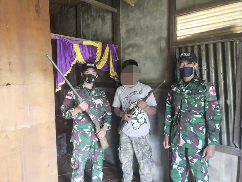 Berhasil Mengambil Hati Rakyat, Satgas Yonif 642 Kapuas, kembali Terima dua Pucuk Senjata dari Warga Perbatasan