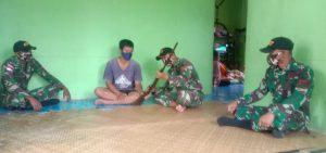 Satgas Pamtas Yonif 407/PK Terima Senjata Dari Warga Dusun Kapar