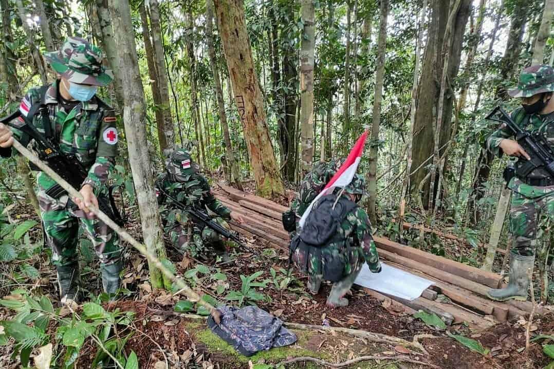 Patroli Patok Perbatasan, Satgas Yonif 407 Temukan Kayu Hasil Pembalakan Liar