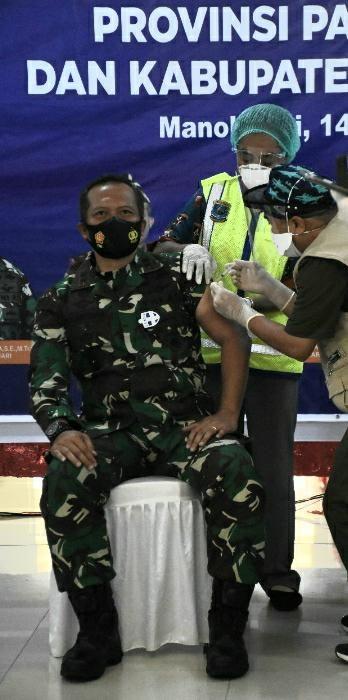 Pangdam XVIII/Kasuari Pimpin Relawan Vaksin Covid-19 Papua Barat
