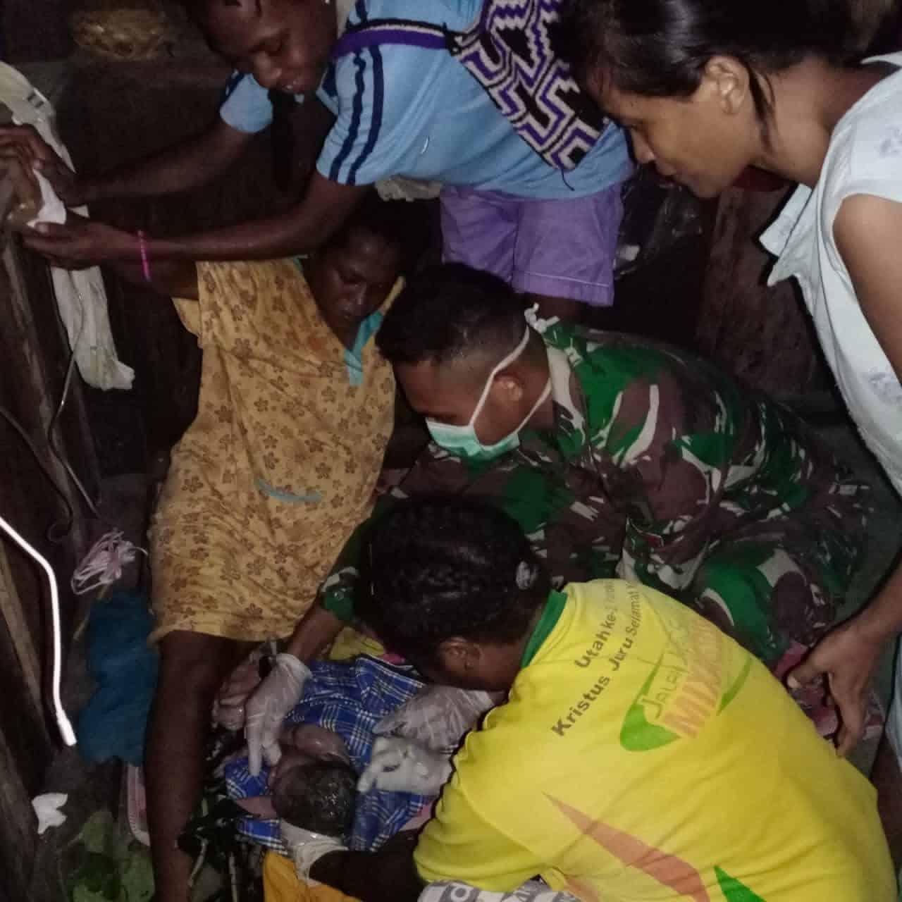 Satgas Yonif MR 413 Kostrad Bantu Proses Persalinan Warga Perbatasan RI-PNG