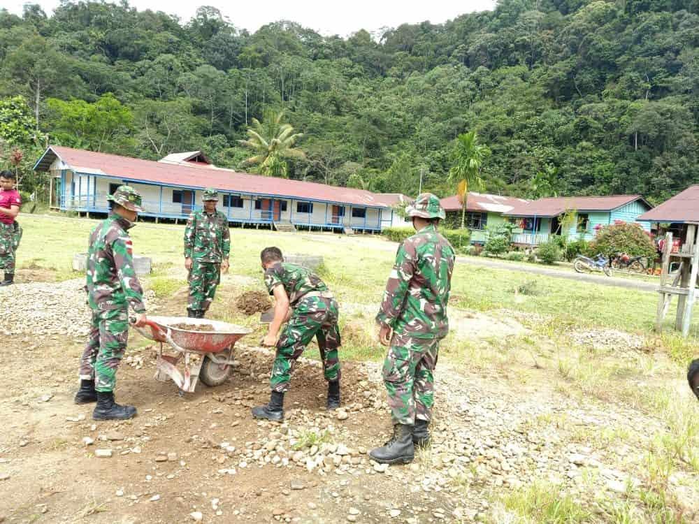Bersama Warga Long Ampung, Satgas Pamtas RI-Malaysia Yonif R 200/BN Bersihkan Lingkungan Kampung