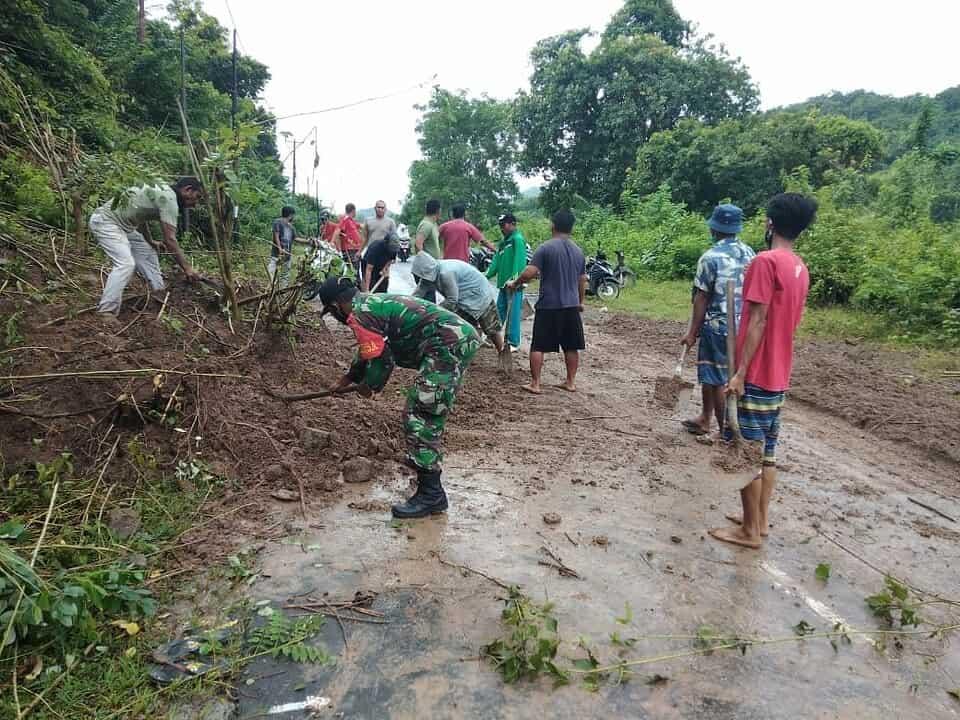 Babinsa Desa Kemuning Bahu Membahu Bersama Masyarakat Bersihkan Material Longsor