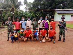 Motivasi Pemuda Toray Rajin Berolahraga, Satgas Pamtas Yonif 125 Sumbangkan Net dan Bola Voli