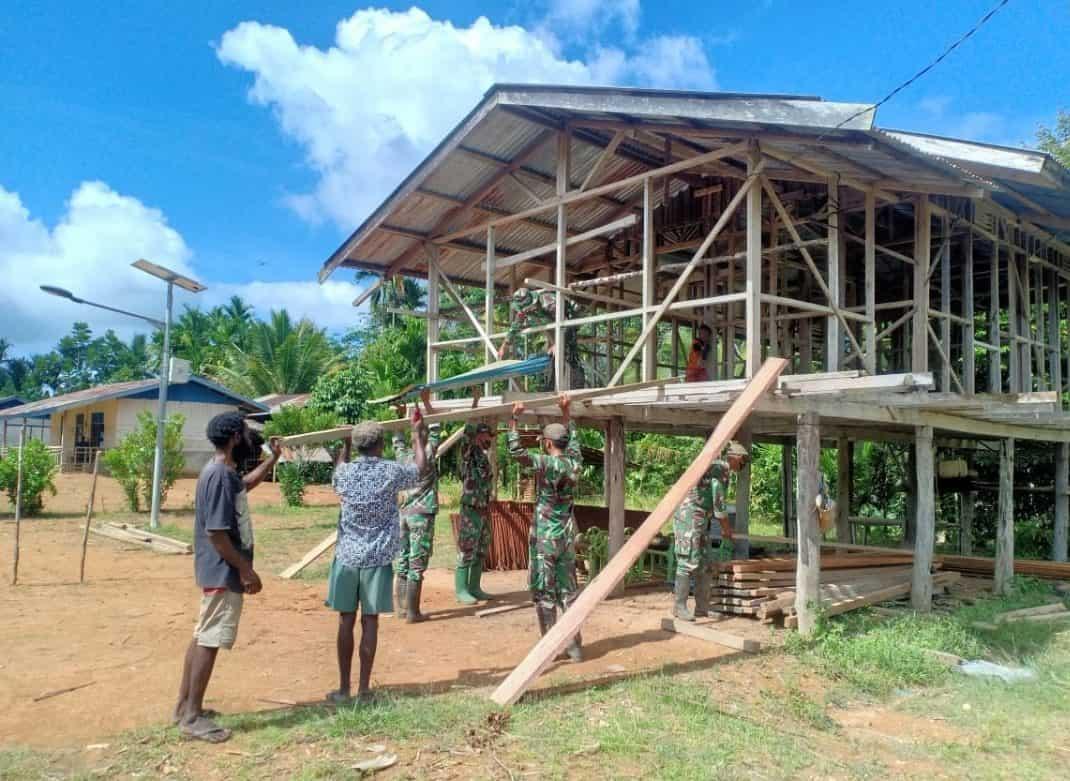 Satgas Yonif Mekanis 516/CY Bantu Pembangunan Rumah Warga di Distrik Mindiptana