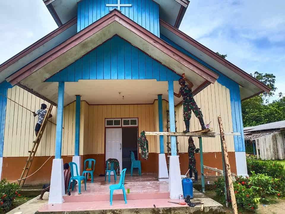 Satgas Yonif 756 Bersama Warga Perbaiki Gereja di Kampung Sempan Timur