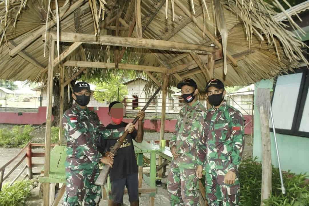 Warga Perbatasan Kembali Serahkan Senjata Ke Satgas Yonif Raider Khusus 744/SYB