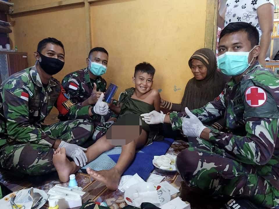 Senyum Lebar Anak di Perbatasan, Mendapat Khitanan Gratis dari Personel Satgas Yonif 642/Kps