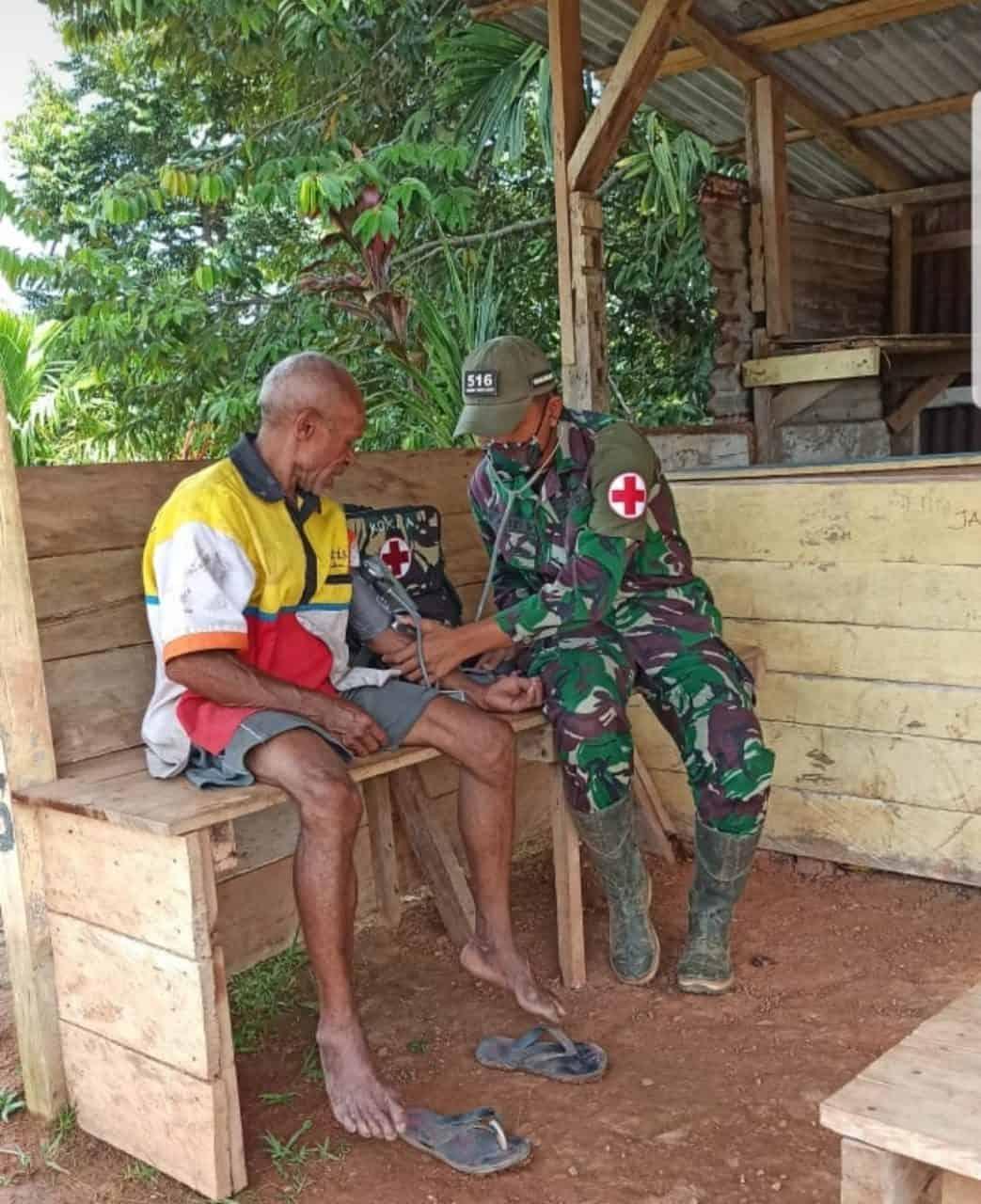 Satgas Pamtas Berikan Pelayanan Pengobatan Keliling Door to Door kepada Warga Perbatasan RI-PNG