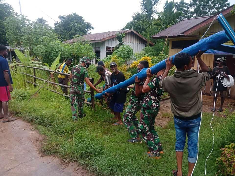 Satgas Yonif 125/Si'mbisa Bersama Warga Kampung Toray Gotong Royong Membuat dan Memasang Tiang Listrik
