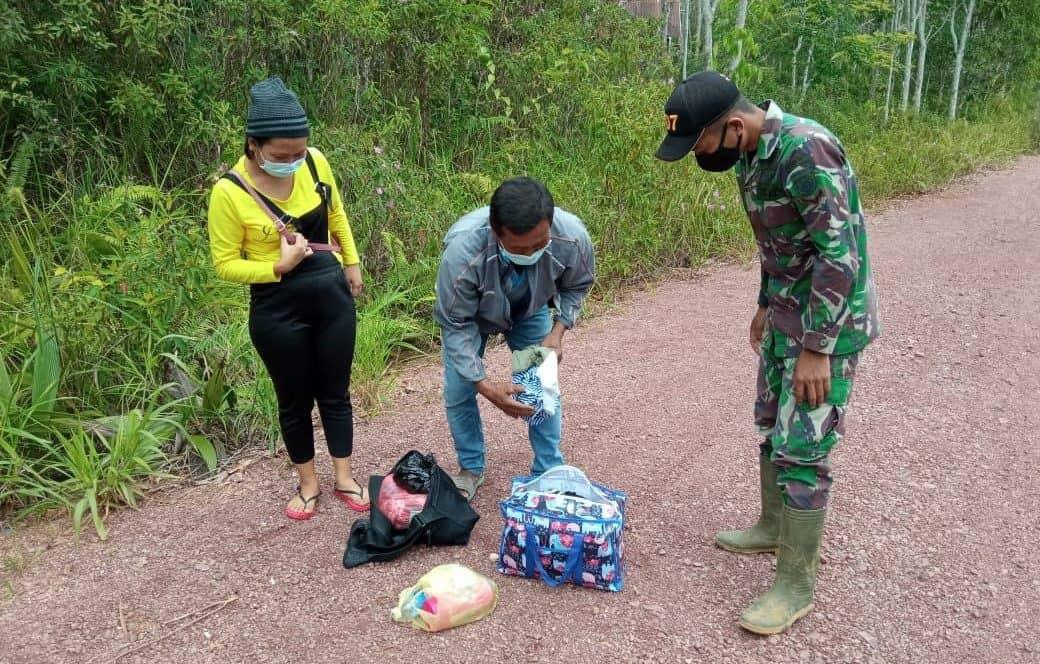 Satgas Pamtas Yonif 407/PK Amankan 2 Orang Pelintas Batas Ilegal