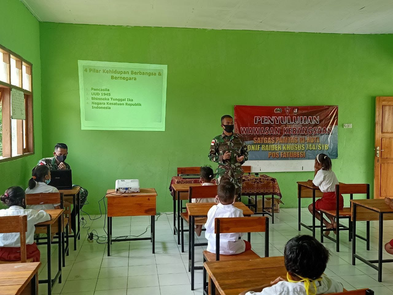 Tanamkan Rasa Cinta Tanah Air, Satgas Yonif RK 744 Berikan Wawasan Kebangsaan di Sekolah Perbatasan