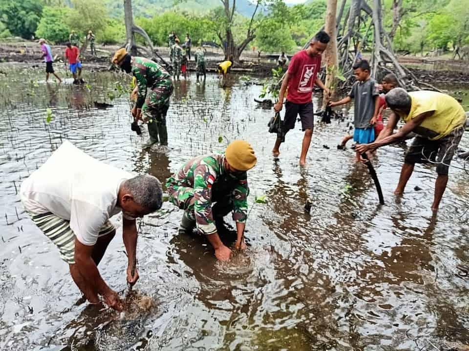 Cegah Banjir, Satgas Yonif 125 Bersama Warga Bangun Gorong-Gorong