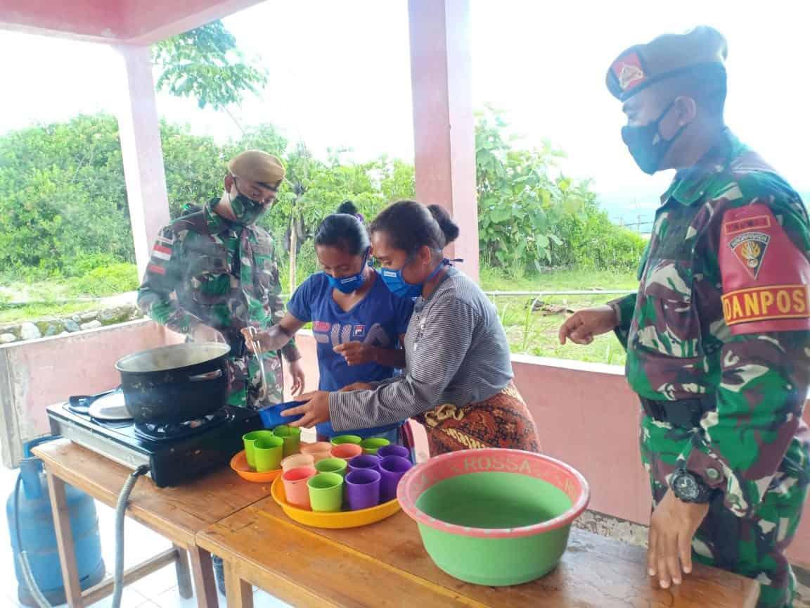 Satgas Yonarmed 3/105 Tarik Berikan Penyuluhan Pembuatan Jamu di Perbatasan