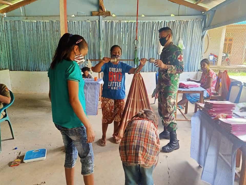 Wujudkan Masyarakat Sehat, Satgas Yonif RK 744 Motivasi Masyarakat Aktif Posyandu
