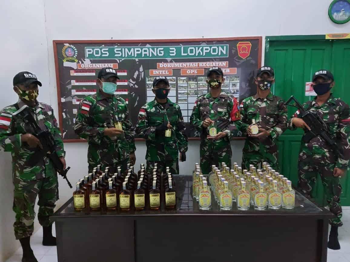 Patroli Rutin, Satgas Yonif 642 Amankan PMI dan Miras Ilegal di Perbatasan Negara