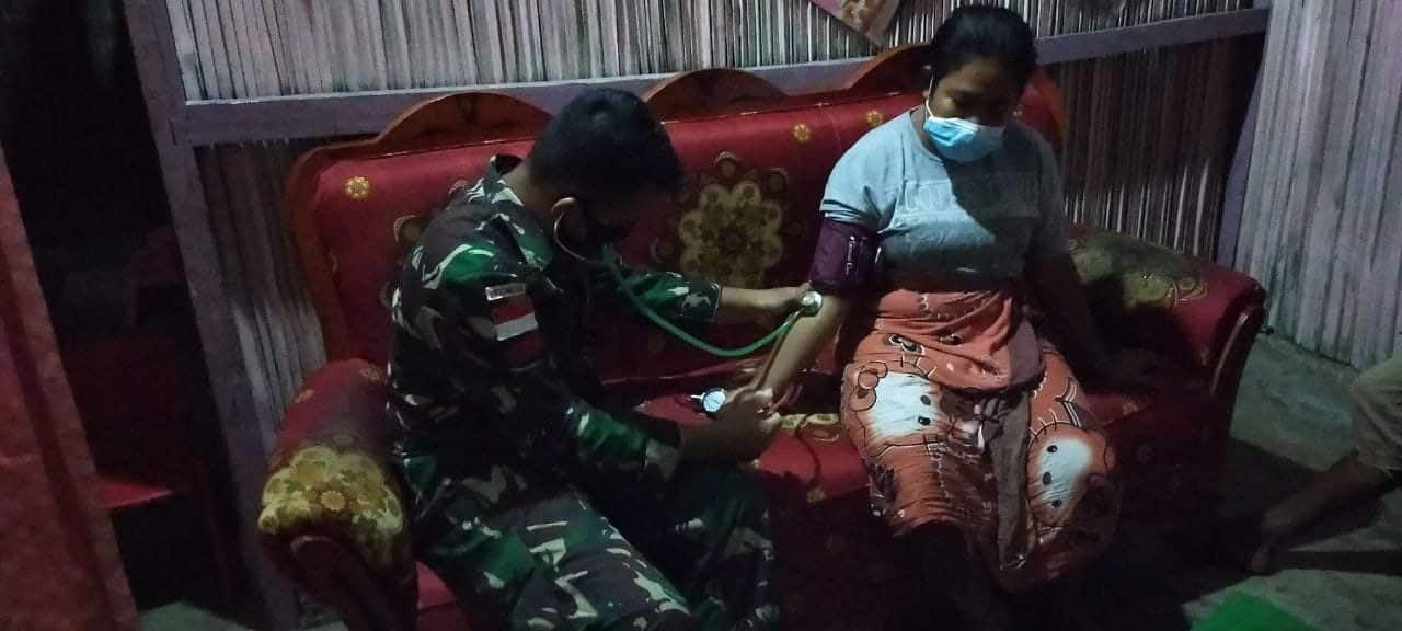 Sakit Demam dan Maag, Satgas Yonif RK 744 Obati Warga Desa Silawan