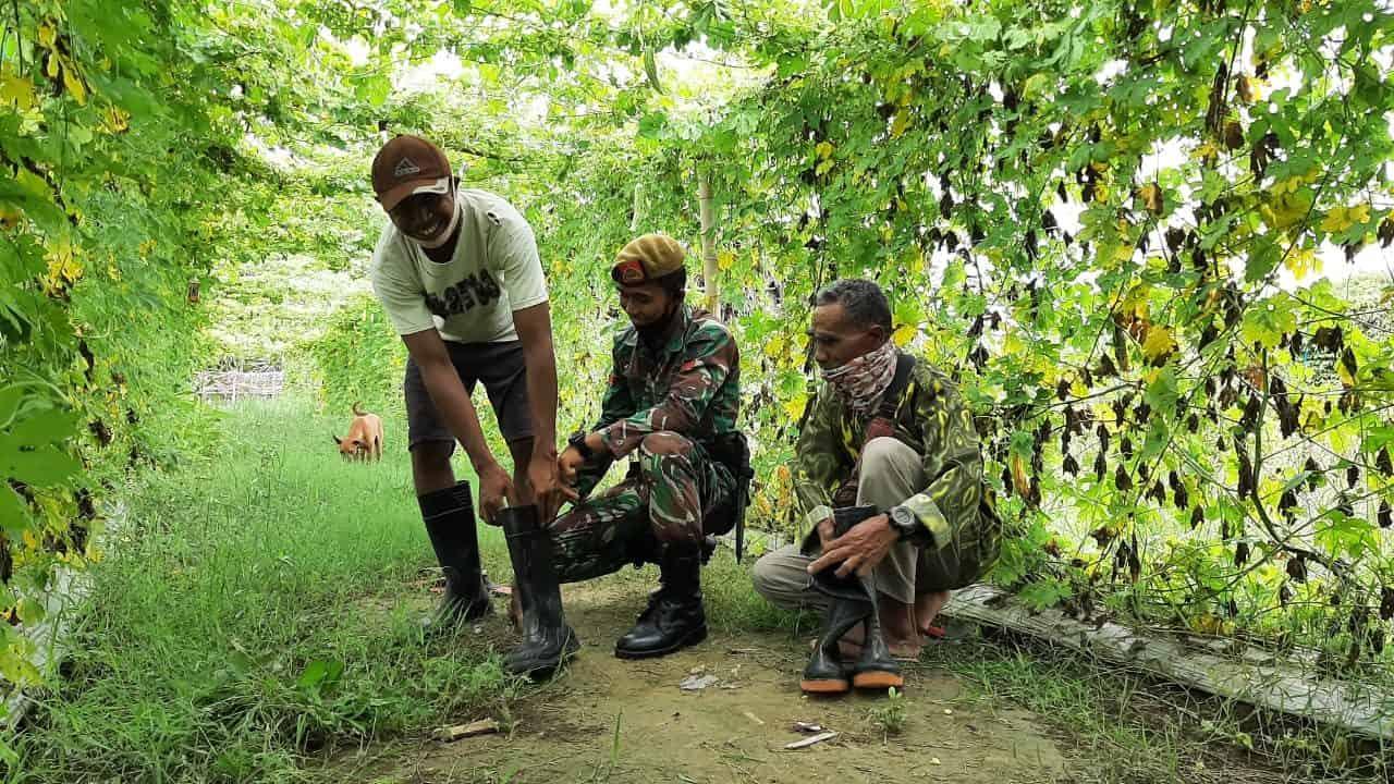 Satgas Yonarmed 3/105 Tarik Bagikan Sepatu Boots Kepada Petani Perbatasan