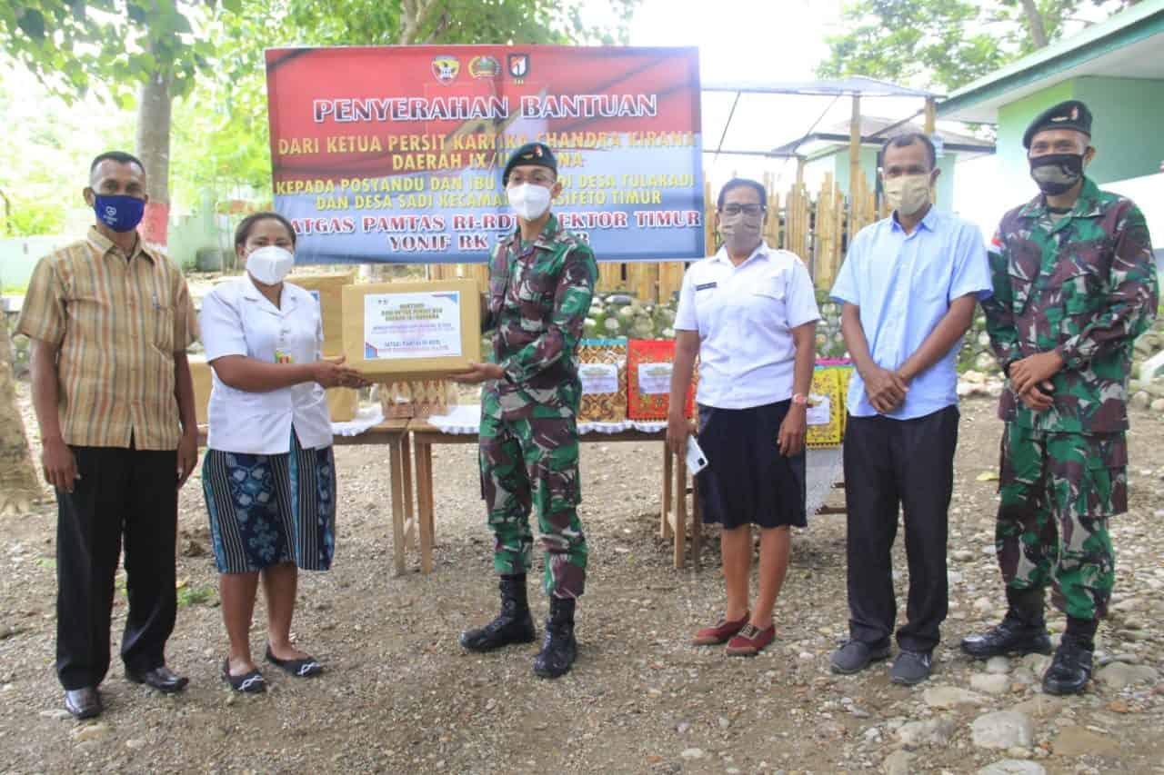 Satgas Yonif RK 744 Fasilitasi Penyerahan Bantuan Ketua Persit KCK PD IX/Udayana di Dua Desa Perbatasan RI-RDTL