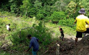 Satgas Yonif RK 744 Bersama Warga Perbaiki Pipa Air Desa Asumanu